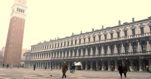 VENETIË, ITALIË - Januari 2014: Mensen die in het vierkant lopen stock footage