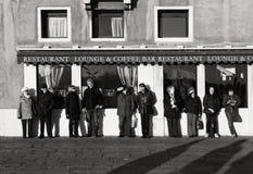 Venetië, 1 Italië-Januari: mensen die op een zon op 1 Januari, 2016 ontspannen Mensen op lunchtijd en het ontspannen in Venetië stock fotografie