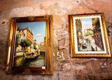 Venetië, Italië - JULI 25, 2016: Beeldtentoonstelling op een oude de bouwmuur Kunst op de straat Stock Foto