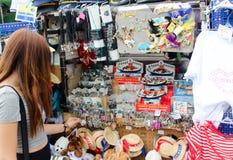 Venetië, Italië - Juli 25, 2016: Toerist een vrouw in de giftwinkel Stock Foto