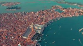 Venetië, Italië - Juni, 2019: De luchtmening van het hommelpanorama van de mooie architectuur van Venetië Vlucht over kanalen en  stock video