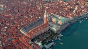 Venetië, Italië - Juni, 2019: De luchtmening van het hommelpanorama van de mooie architectuur van Venetië Vlucht over kanalen en  stock footage