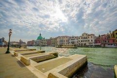 VENETIË, ITALIË - JUNI 18, 2015: De mening van Nice in de middag van Venetië, grote kerk in het midden en de partijen van pinture Royalty-vrije Stock Afbeelding