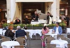Venetië, Italië - Juni 07, 2017: Mensen in koffie op San squar Marco stock foto's