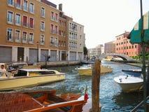 20 06 2017, Venetië, Italië: Kanaal met boten en kleurrijke voorgevels Royalty-vrije Stock Afbeelding