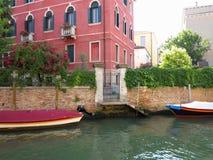 20 06 2017, Venetië, Italië: Kanaal met boten en kleurrijke voorgevels Stock Afbeeldingen