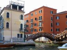 20 06 2017, Venetië, Italië: Kanaal met boten en kleurrijke voorgevels Royalty-vrije Stock Afbeeldingen