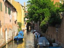 20 06 2017, Venetië, Italië: Kanaal met boten en kleurrijke voorgevels Stock Fotografie