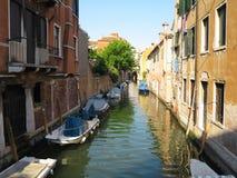 20 06 2017, Venetië, Italië: Kanaal met boten en kleurrijke voorgevels Stock Afbeelding