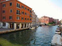 20 06 2017, Venetië, Italië: Kanaal met boten en kleurrijke voorgevels Stock Foto