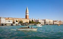 VENETIË, ITALIË - MAART 28.2015: Boten in Grand Canal in Italië op 28 Maart, 2015 in Venetië Stock Fotografie