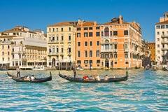 VENETIË, ITALIË - MAART 28.2015: Gondols in Grand Canal in Italië op 28 Maart, 2015 in Venetië, Italië Stock Afbeelding