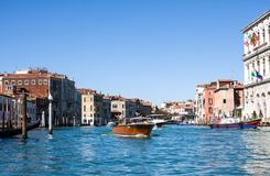 VENETIË, ITALIË - MAART 28.2015: Gondols op Grand Canal in Italië op 28 Maart, 2015 in Venetië, Italië Royalty-vrije Stock Fotografie