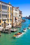 VENETIË, ITALIË - MAART 28.2015: Kanaal Grande in Venetië, Italië zoals die van Ponte-dell'Accademia wordt gezien Royalty-vrije Stock Afbeeldingen