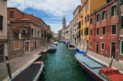VENETIË, ITALIË - MEI 16, 2010: Boten bij een kanaal in Venetië, Italië Royalty-vrije Stock Fotografie
