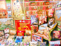 Venetië, Italië - Mei 04, 2017: De winkel met traditionele herinneringen en giften zoals Hoofdkussens en dekens aan toeristen het Stock Afbeelding