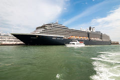 VENETIË, ITALIË - MEI 16, 2010: Een groot cruiseschip in Venetië, Italië Stock Afbeeldingen