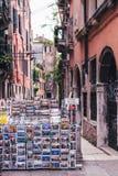 VENETIË, ITALIË 11 MEI 2018: Een winkelhoogtepunt van prentbriefkaaren in een kleine straat in Venetië royalty-vrije stock afbeelding