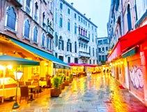 Venetië, Italië - Mei 04, 2017: Mensen op de straat in Venetië, Italië Stock Fotografie