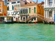 Venetië, Italië - Mei 10, 2014: Mooie mening van Groot kanaal op kleurrijke voorgevels Royalty-vrije Stock Afbeeldingen