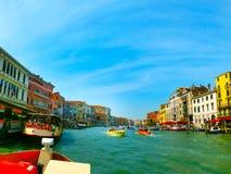 Venetië, Italië - Mei 10, 2014: Mooie mening van Groot kanaal op kleurrijke voorgevels Royalty-vrije Stock Afbeelding