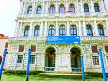 Venetië, Italië - Mei 10, 2014: Mooie mening van Groot kanaal op kleurrijke voorgevels Stock Afbeeldingen
