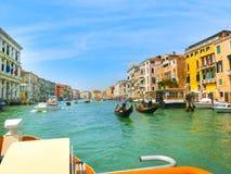 Venetië, Italië - Mei 10, 2014: Mooie mening van Groot kanaal op kleurrijke voorgevels Royalty-vrije Stock Foto's