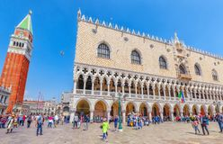 VENETIË, ITALIË - MEI 12, 2017: Piazza San Marco, Campanile van St Stock Afbeelding