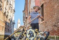 Venetië, Italië - 1 Oct, 2016: Venetiaanse gondelier op het werk Royalty-vrije Stock Afbeelding