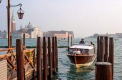 Venetië, Italië - Oktober 13, 2017: Aan de pijler dichtbij San Marco er komt een taxicabine aan Stock Foto's