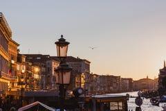 VENETIË, ITALIË - OKTOBER 27, 2016: Beroemd groot kanaal van Rialto-Brug op zonsondergang in Venetië, Italië stock afbeelding