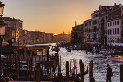 VENETIË, ITALIË - OKTOBER 27, 2016: Beroemd groot kanaal van Rialto-Brug op zonsondergang in Venetië, Italië stock foto