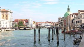 VENETIË, ITALIË - OKTOBER, 2017: Majestueus groot kanaal in Venetië, en waterverkeer, Venetië, Italië Vaporetto in Venetië - stock video