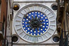 VENETIË, ITALIË - op 5 Mei, 2016 klok op klokketoren in Venetië Royalty-vrije Stock Fotografie