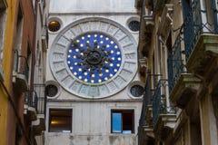 VENETIË, ITALIË - op 5 Mei, 2016 klok op klokketoren in Venetië Royalty-vrije Stock Foto