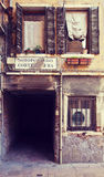 Venetië, Italië - schilderachtige hoek met donkere voetpassage Stock Fotografie