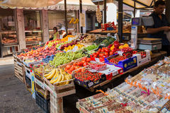 Venetië, Italië - september 2016: De markten van Rialtovissen De groenten, vruchten, kruiden zijn op teller Stock Foto's