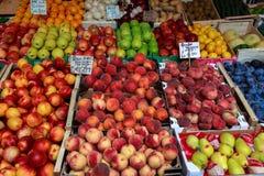 Venetië, Italië - september 2016: De markten van Rialtovissen Vishandelaar op het werk Tabletten met prijs van perziken en appele Royalty-vrije Stock Afbeelding