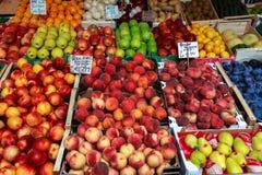 Venetië, Italië - september 2016: De markten van Rialtovissen Vishandelaar op het werk Tabletten met prijs van perziken en appele Royalty-vrije Stock Fotografie