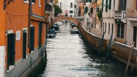 VENETIË, ITALIË, 7 SEPTEMBER, 2017: Een comfortabel mooi Venetiaans kanaal met een brug en mooie kleurrijke huizen stock videobeelden
