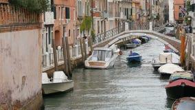 VENETIË, ITALIË, 7 SEPTEMBER, 2017: Een comfortabel mooi Venetiaans kanaal met een brug en mooie kleurrijke huizen stock video