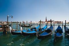 VENETIË, ITALIË - SEPTEMBER, 9 2018: Gondelspost bij Traghetto-molo dichtbij aan San Marco Square met San Giorgio stock foto's