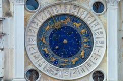 VENETIË ITALIË - 29 SEPTEMBER, 2017: Klok op klokketoren Stock Foto's