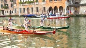 VENETIË, ITALIË - SEPTEMBER 7, 2014: Regata Storica, de zelfs leiding Stock Afbeelding