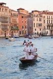VENETIË, ITALIË - SEPTEMBER 7, 2014: Regata Storica, de zelfs leiding Stock Afbeeldingen