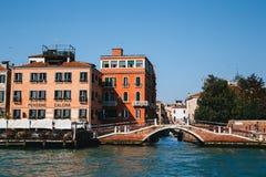 Venetië, Italië - September, 9 2018: Weergeven van de brug op Rio DE S Vio en een Hotel van La Calcina van het Giudecca-Kanaal stock foto's