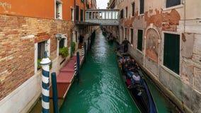 VENETIË, ITALIË - 15TH FEBRUARI 2018: Hopen gondels in Venetië in de loop van de dag timelapse 4K stock videobeelden