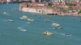 Venetië, Italië Verbazend hommel luchtlandschap van het het waterbassin van San Marco met vele boten stock video