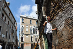 15 Venetië-JUNI: De gondelier stelt de gondel op het Venetiaanse kanaal op 15 Juni, 2012 in Venetië, Italië in werking. Stock Afbeelding