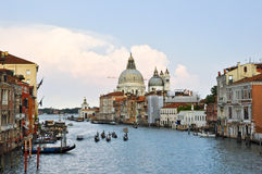 15 Venetië-JUNI: Grand Canal tijdens de avond op 15 Juni, 2012 in Venetië. Grand Canal is het grootste kanaal in Venetië, Ital Stock Foto